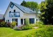 canvas print picture - weisses Fertigteilhaus mit Garten