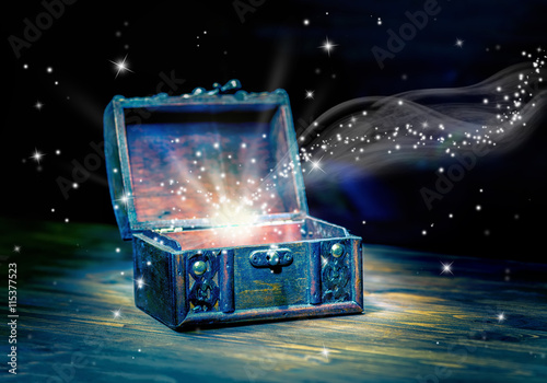 Fotografía  concept greeting card of opened chest treasure with mystical mir