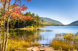 Jezioro w pogodny dzień jesieni i wielkie odbicie w wodzie