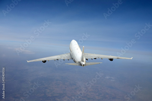 Foto  Heavy jet airplane in flight from above