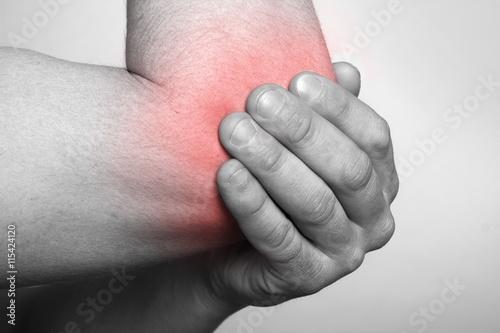 Fotografía  man demonstrated elbow pain