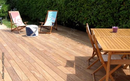 Foto terrasse en bois exotique et salon de jardin