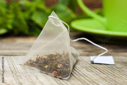 Plakat Herbaciana torba na tle mennica i zielona filiżanka