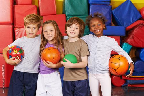 фотография  Kinder als Mannschaft mit Bällen in Turnhalle