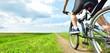 青空と田園の風景をマウンテンバイクで走る