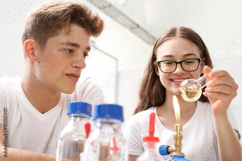 Zdjęcie XXL Podgrzewanie cieczy. Laboratorium chemiczne