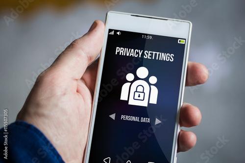 Fotografía  holding privacy settings smartphone