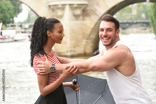 Photo  jeune couple amoureux à paris