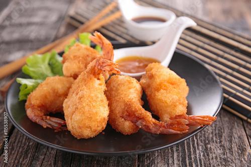 Fotografiet fried shrimp and sauce
