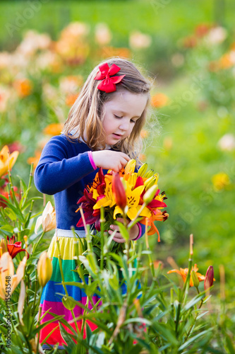 Papiers peints Pansies Little girl picking lilly flowers