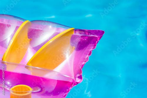 Fotografie, Obraz  Luftmatratze treibt im Swimmingpool