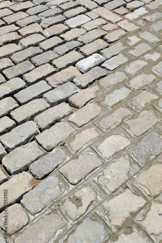 Pavimentación de una calle con adoquines