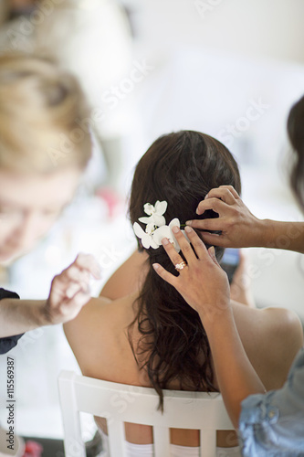 Deurstickers Kapsalon Sweden, Pinning flowers into young bride´s hairstyle