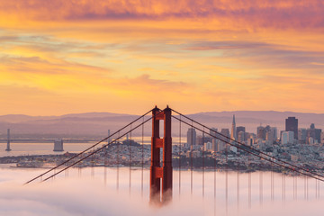 Panel Szklany Wschód / zachód słońca Early morning low fog at Golden Gate Bridge
