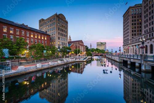 Budynki wzdłuż rzeki Providence o zmierzchu, w centrum Pr