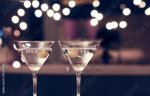 Fotografía  Pair of martini glasses on restaurant bar.