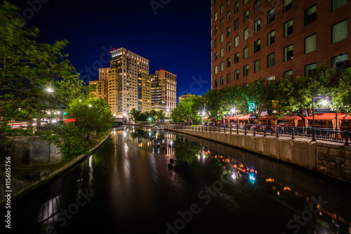 Poster Marron chocolat Modern buildings and the Providence River at night, in downtown