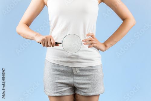 Obraz 虫めがねをお腹にあてる女性 - fototapety do salonu