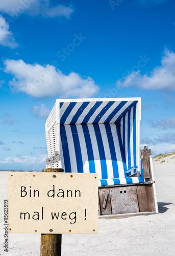 Spoed Foto op Canvas Noordzee Strandkorb Bin dann mal weg Schild