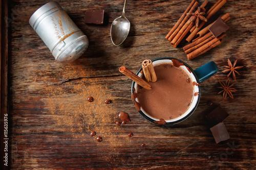 Foto op Plexiglas Chocolade Homemade Peppermint hot chocolate with cinnamon sticks on a dark