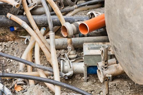 Valokuva  Schläuche und Rohre neben einer Vakuum-Pumpe