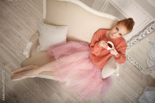 obraz dibond Ballerina drinking black tea and relax