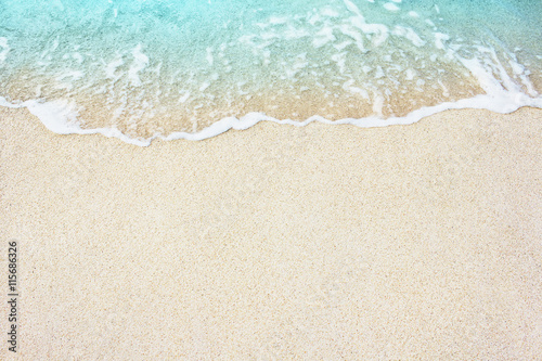 Photo Soft wave of blue ocean on the sandy beach, background.