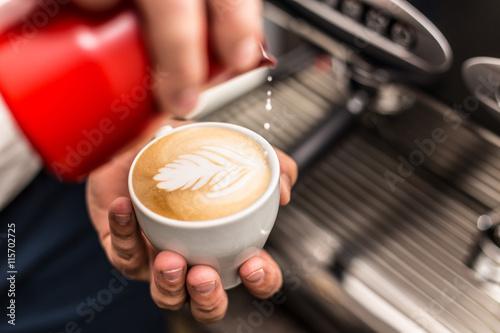 Fotografie, Obraz  Detailní záběr na barista nalil mléko do umělecké cappuccino