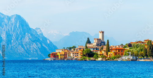 Fotografia Ancient tower and colorful houses in malcesine old town