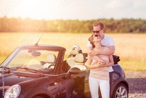 Liebespaar Umarmt Sich Am Auto Verliebtes Paar Am Cabrio Buy