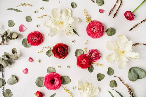 Fotografía Pattern with pink and red roses or ranunculus, white tulips and green leaves on white background