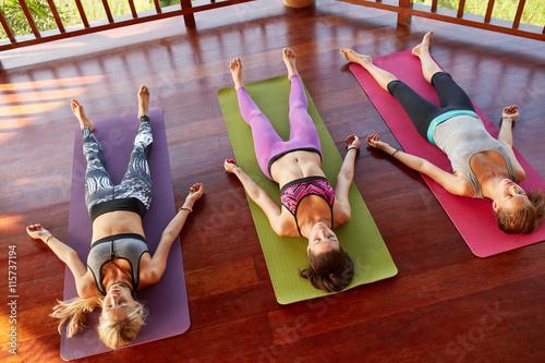 Leinwand Poster  Yoga-Klasse Entspannung in der Corpse Pose, savasana