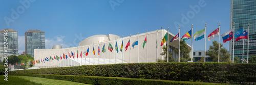 Fotografie, Obraz  UN Valné shromáždění OSN budova se světovými vlajkami létat - 3: 1 poměr stran