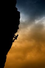 Contraluz De Un Escalador En Una Pared De Roca