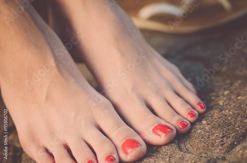 Fotografía Women's legs barefoot on the pavement close up