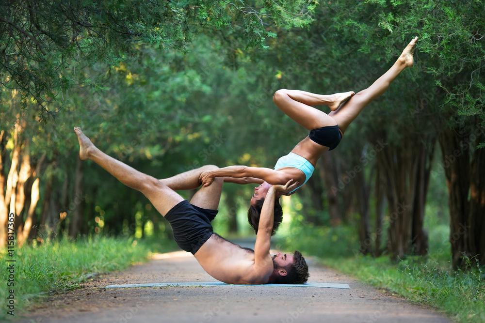 Láminas Acro yoga, dos personas deportivas practican yoga en pareja ...