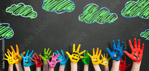 Fotografie, Obraz  angemalte Kinderhände vor Kreidetafel
