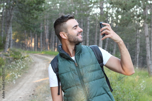 Photo  Surprised man looking at his mobile phone
