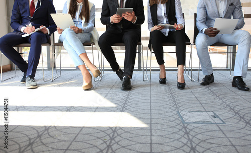 Photo Stressful people waiting for job interview