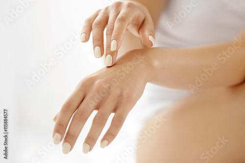 Zdjęcie XXL Pielęgnacja skóry dłoni. Zbliżenie Pięknej Kobiety Ręki Z Manicure'em