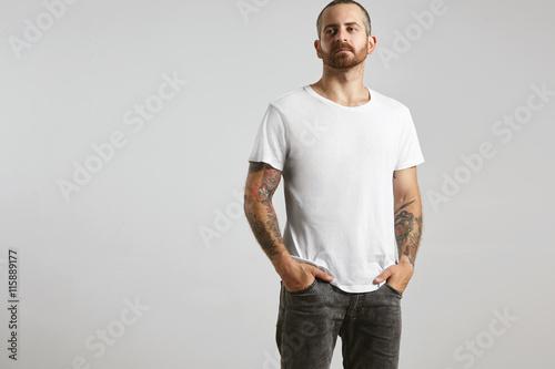atrakcyjne-brutalne-wytatuowane-brodaty-facet-pozuje-w-czarnych-dzinsach-i-pustej-bialej-koszulce-z-cienkiej-bawelny-premium-lato-na-bialym-makieta