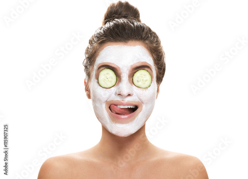 Fotografía  Woman with facial mask and cucumber slices on her eyes