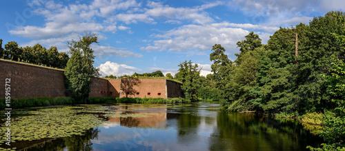 Foto Wall und Wassergraben der Zitadelle Spandau (Blick nach Osten)