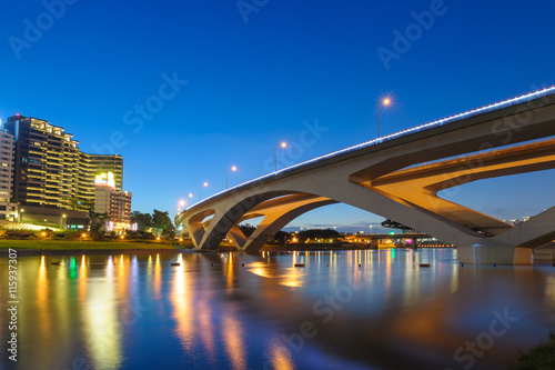 Tuinposter Singapore landscape of bitan in taipei at night