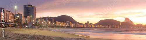 Fotomural  Sunrise view of Copacabana and mountain Sugar Loaf in Rio de Jan
