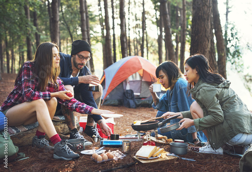 La pose en embrasure Camping People Friendship Hangout Traveling Destination Camping Concept