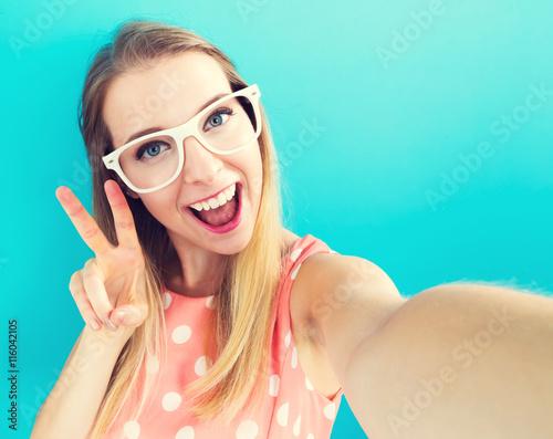 Cuadros en Lienzo Young woman taking a selfie
