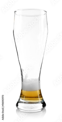 Fotografia  Almost empty beer glass, isolated on white