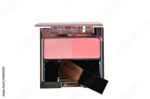 Fotografía  Blush brush for cheek and pink blush isolated on white backgroun