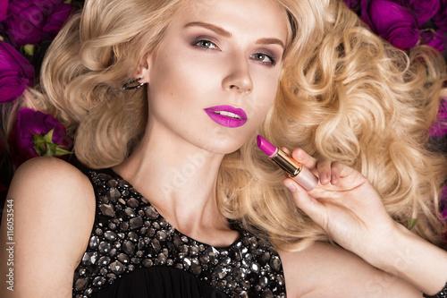 Tela  Beautiful blond girl lying on background of roses